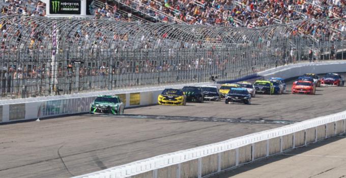 Para penggemar diizinkan untuk menghadiri perlombaan Cup Series NASCAR Foxwoods Resort Casino 301 di NHMS