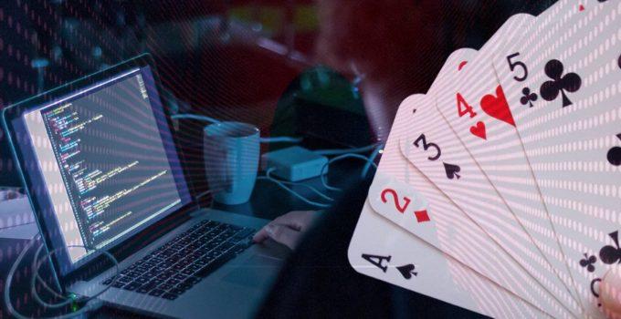 Pengodean Orang di Laptop dan Gambar Kartu Bermain