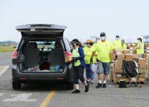 Penduduk Atlantic City, pekerja kasino menerima kotak makanan