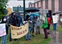 Karyawan Rivers Casino, anggota komunitas berkumpul dalam hujan untuk pembukaan kembali di Schenectady